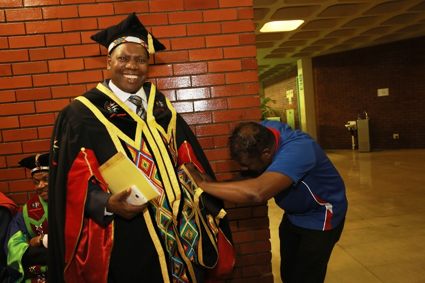 Chancellor_Dr_Zweli_Mkhize_getting_ready
