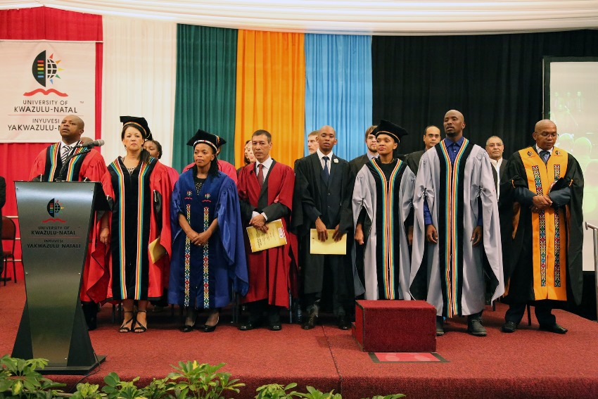 The_academic_procession_on_stage_2